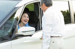 ドライブを楽しむシニア夫婦の写真素材 [FYI01815454]