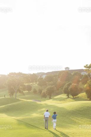 ゴルフをするシニア夫婦の後ろ姿の写真素材 [FYI01815455]