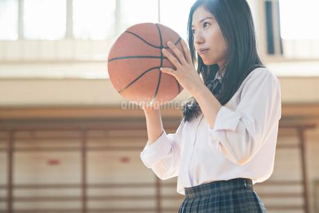 バスケットボールを持つ女子高校生の写真素材 [FYI01815456]