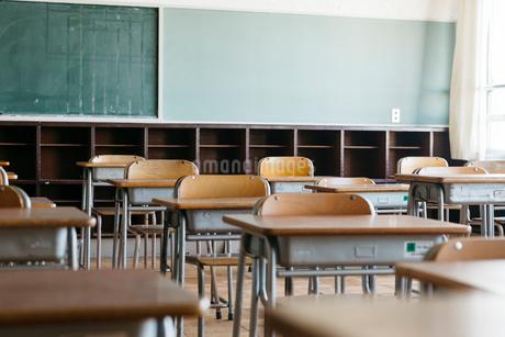 教室の机と椅子の写真素材 [FYI01815462]