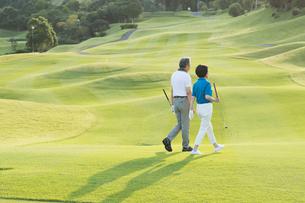 ゴルフをするシニア夫婦の写真素材 [FYI01815466]