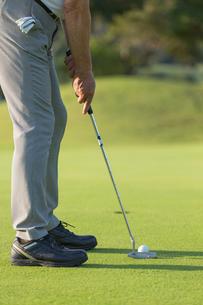 ゴルフをするシニア男性の足元の写真素材 [FYI01815483]