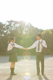 手を繋ぐ高校生カップルの写真素材 [FYI01815493]
