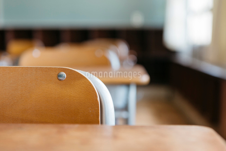 教室の机と椅子の写真素材 [FYI01815494]