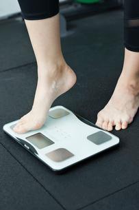 体重計に乗る女性の足元の写真素材 [FYI01815495]