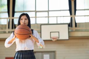 バスケットボールをする女子高校生の写真素材 [FYI01815498]