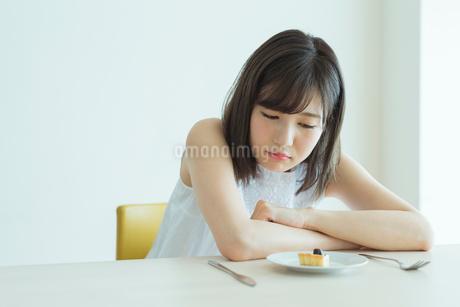 ダイエット中の女性の写真素材 [FYI01815509]
