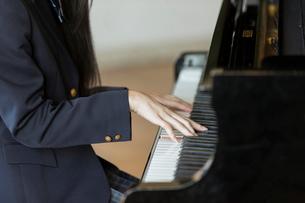 ピアノを弾く女子高校生の手元の写真素材 [FYI01815516]
