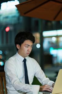 テラスで残業をするビジネスマンの写真素材 [FYI01815525]