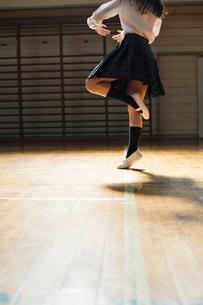 バレエダンスを踊る女子高校生の写真素材 [FYI01815529]