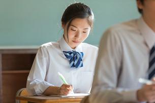 教室で勉強する女子高校生の写真素材 [FYI01815537]