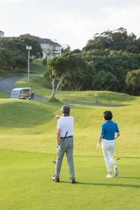 ゴルフをするシニア夫婦の写真素材 [FYI01815545]