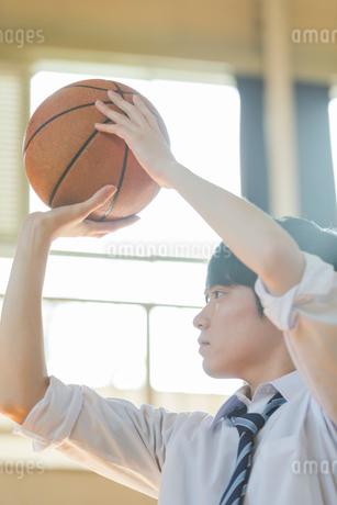 バスケットボールをする男子高校生の写真素材 [FYI01815557]