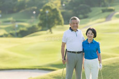 ゴルフをするシニア夫婦のポートレイトの写真素材 [FYI01815560]