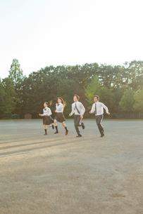 校庭を走る高校生の写真素材 [FYI01815563]
