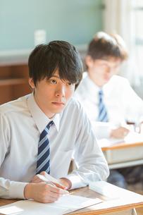 教室で勉強する男子高校生の写真素材 [FYI01815577]