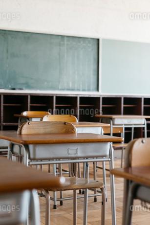 学校の机と椅子の写真素材 [FYI01815580]
