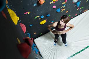 クライミングウォールを見上げる若い女性の写真素材 [FYI01815581]