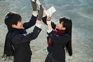 ハイタッチをする高校生の男女の写真素材 [FYI01815587]