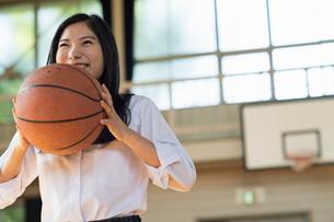 バスケットボールをする女子高校生の写真素材 [FYI01815589]