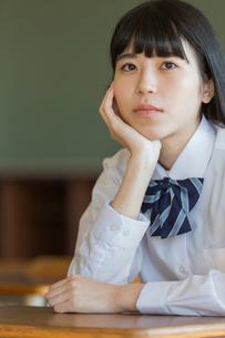 頬杖をつく女子高校生の写真素材 [FYI01815610]