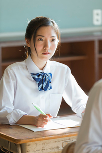 教室で勉強する女子高校生の写真素材 [FYI01815625]