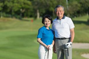 ゴルフをするシニア夫婦のポートレイトの写真素材 [FYI01815627]