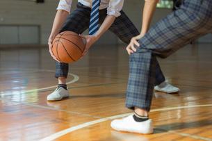 バスケットボールをする男子高校生の足元の写真素材 [FYI01815633]