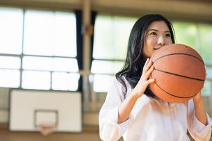バスケットボールをする女子高校生の写真素材 [FYI01815636]