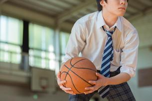 バスケットボールをする男子高校生の写真素材 [FYI01815646]
