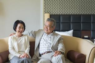 ソファーでくつろぐシニア夫婦の写真素材 [FYI01815654]