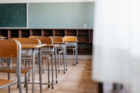 教室の机と椅子の写真素材 [FYI01815656]