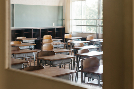 教室の机と椅子の写真素材 [FYI01815662]