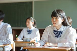 教室で勉強する高校生の写真素材 [FYI01815666]