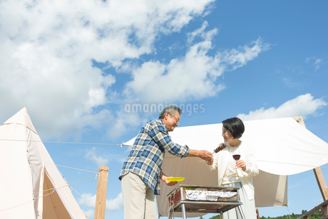 バーベキューを楽しむシニア夫婦の写真素材 [FYI01815680]