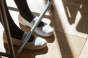 女子高校生の足元の写真素材 [FYI01815688]