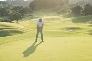 ゴルフをするシニア男性の写真素材 [FYI01815691]