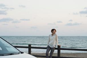 海の景色を楽しむ20代女性の写真素材 [FYI01815692]
