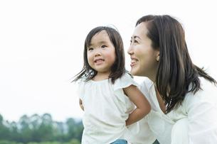 笑顔の女の子とお母さんの写真素材 [FYI01815694]