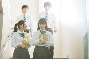 階段で会話する高校生の写真素材 [FYI01815707]