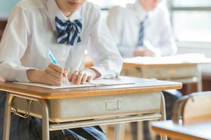 勉強をする女子高校の手元の写真素材 [FYI01815717]