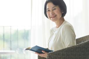 読書をするシニア女性の写真素材 [FYI01815723]