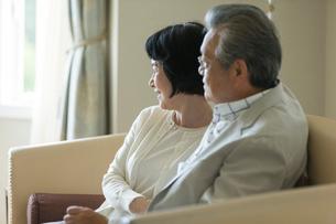 窓の外を眺めるシニア夫婦の写真素材 [FYI01815726]
