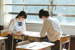 教室で勉強をする女子高校生と男子高校生の写真素材 [FYI01815733]