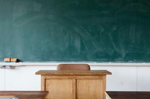 教室の教卓と黒板の写真素材 [FYI01815736]