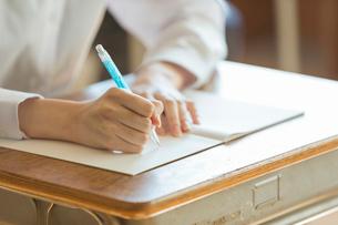 勉強をする女子高校の手元の写真素材 [FYI01815738]