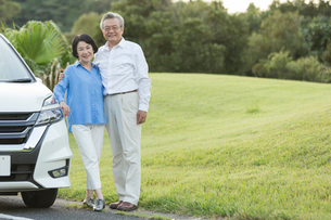 ドライブを楽しむシニア夫婦のポートレイトの写真素材 [FYI01815770]