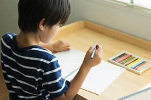 絵を描く小学生の男の子の写真素材 [FYI01815782]