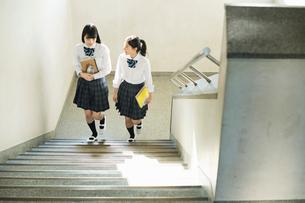 階段で会話する女子高校生の写真素材 [FYI01815784]