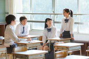 教室で話す高校生の写真素材 [FYI01815793]